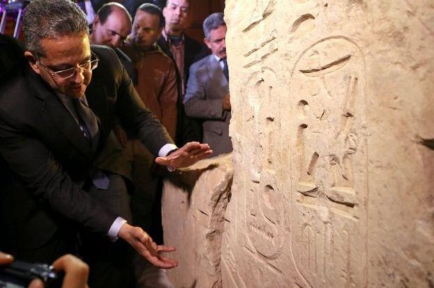 El ministro de Antigüedades mostrando los jeroglíficos.