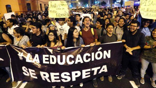Jóvenes peruanos protestaron en contra de la decisión del Congreso de forzar la renuncia del ministro de Educación.