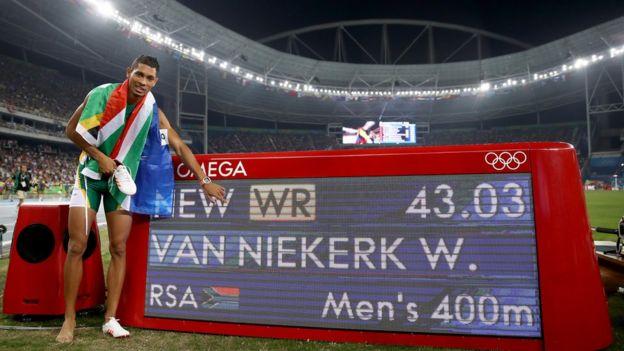 Van Niekerk señala el marcador con su resultado en los 400 metros en las Olimpiadas de Río 2016.