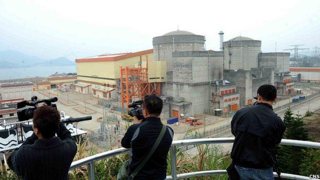 位于中国深圳的大亚湾核电站。该核电站由中广核建设。艾伦何被指促成美国核专家和中广核进行了技术合作。