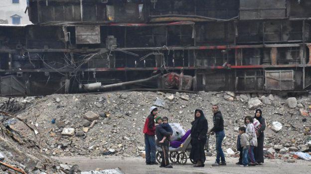 Многие районы на востоке города превращены в руины, а жившие здесь люди часто не могут воссоединиться. По данным ЮНИСЕФ, в некоторых разрушенных домах остаются дети.