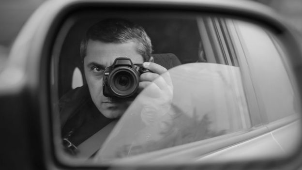 Espía tomando una foto