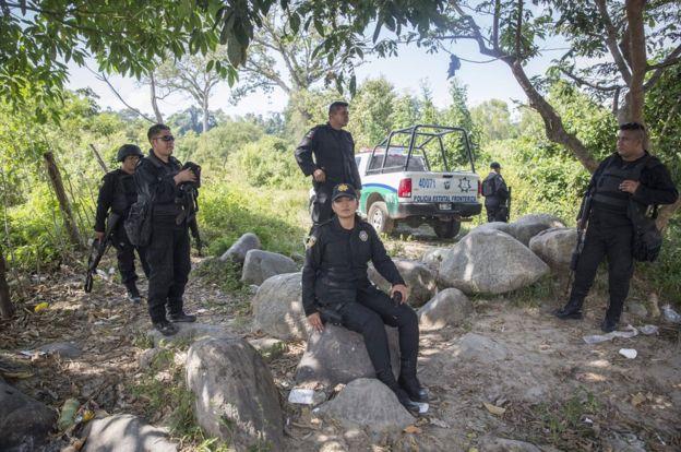 墨西哥警察在樹下休息