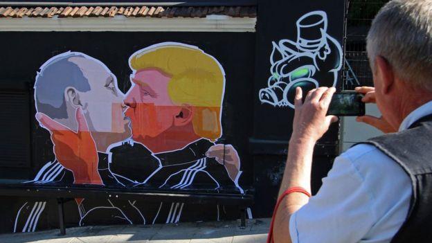 Mural de Putin y Trump besándose.