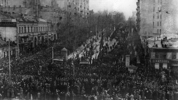 Демонстрація на розі вулиці Хрещатик і Бібіковського бульвару в Києві. Березень 1917 р.