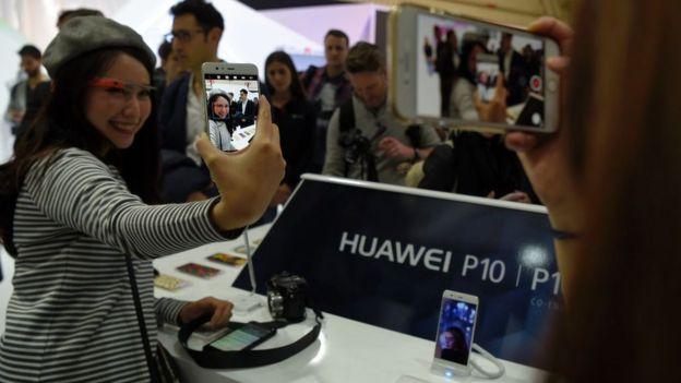 Asistentes a la feria prueban el nuevo Huawei P10