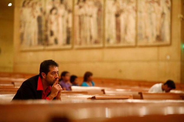 Ernesto Vega, del ministerio hispano de la archidiócesis de Los Ángeles, escucha al arzobispo católico de Los Ángeles, José Gómez, dirigir una oración para la comunidad inmigrante después de que el republicano Donald Trump ganara las elecciones presidenciales de EE.UU. el 10 de noviembre.