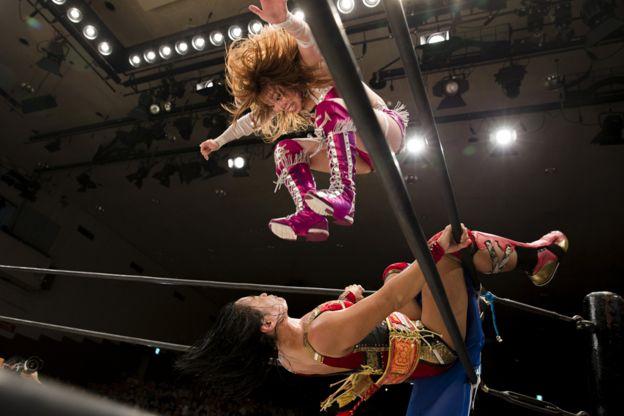 Kairi Hojo salta sobre Mieko satomura