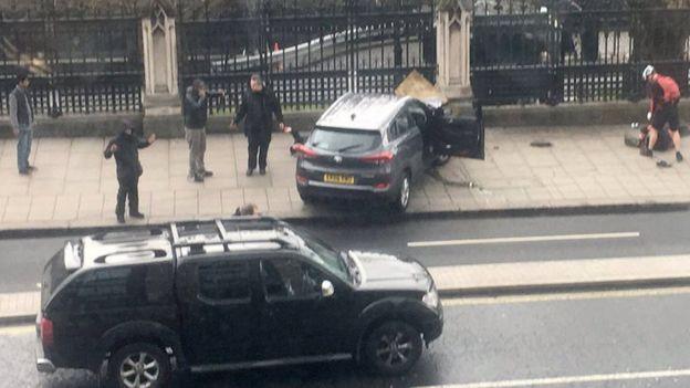 El atacante empotró el vehículo contra una de las vallas que circundan el complejo del Parlamento británico.
