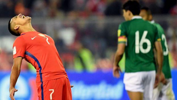 Alexis reacciona en una acción del partido frente a Bolivia