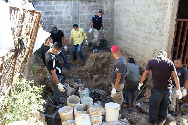 Especialistas forenses en las labores de excavación e identificación de restos en la Penitenciaría General de Venezuela.
