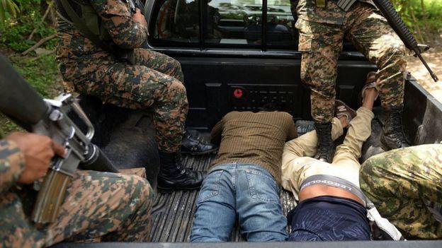 Supuestos pandilleros capturados en El Salvador