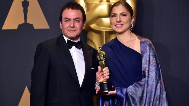 العالم الإيراني الأمريكي فيروز نادري ورائدة الفضاء الإيرانية الأمريكية أنوشه أنصاري استلما الجائزة التي حصل عليها فيلم