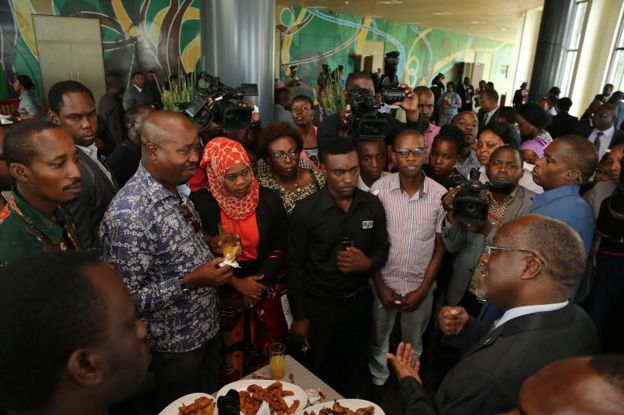 Dkt Magufuli akiongea na wanahabari ikulu baada ya kuwaapisha mawaziri wawili