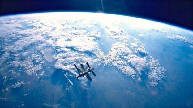 Yerküre ve uzay istasyonu