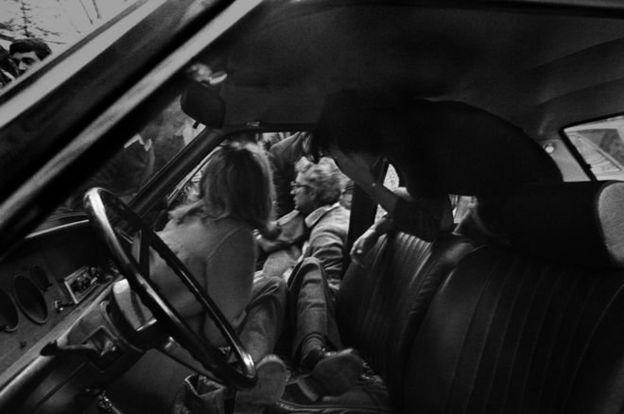 این یکی از معروفترین عکسهای باتالیا است که صحنه قتل پیرسانتی ماتارلا، فرماندار سیسیلی، را لحظاتی بعد از قتلش توسط مافیا تصویر کرده.