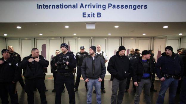 芝加哥奥哈雷国际机场警员在国际抵达大厅前拉起防线(28/1/2017)
