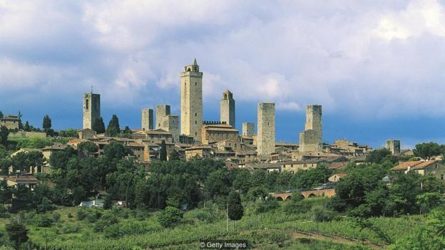 Vào cuối thời kỳ trung cổ, San Gimignano có 72 tòa tháp để bảo vệ các gia đình quý tộc phong kiến, một số tháp cao tới 230 foot, nay chỉ còn 14 tháp