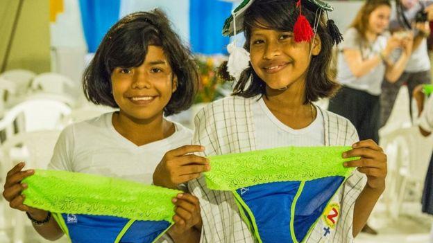 Además de distribuir los calzones Be Girl, Diana Sierra y Pablo Freund llevan a cabo talleres sobre menstruación con las niñas.