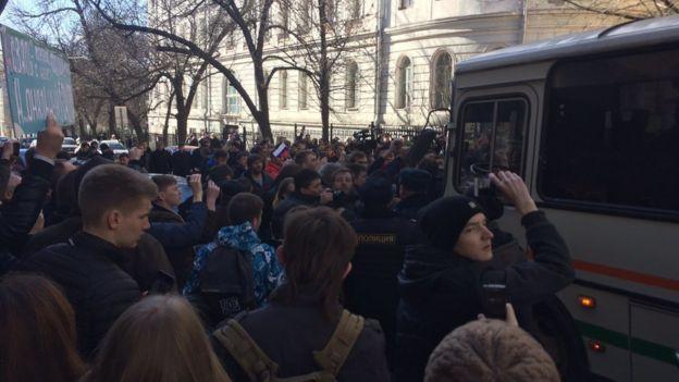 En esta foto de prensa proporcionada por Kira Yarmysh, secretaria de prensa de Alexei Navalny, la gente bloquea el camino del autobús de policía, donde mantienen detenido a Alexei Navalny, en el centro de Moscú.