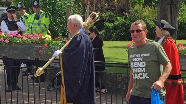 Hombre con playera que expresa sentimiento xenófobo, después del referendo.
