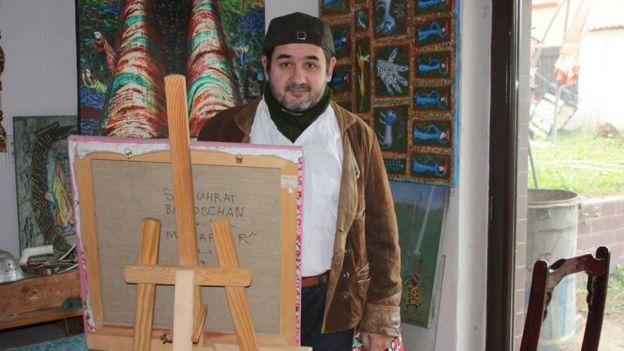 Шуҳрат Бобожоновнинг суратлари остига муаллиф исми шарифи ёзилмаган.