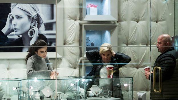 Clientes se prueban joyas de la marca de Ivanka Trump en la Torre Trump en Nueva York.