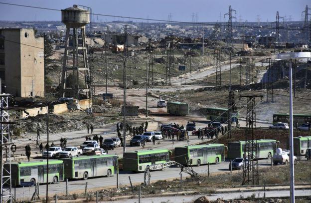 Los convoyes abandonaron la ciudad a través de zonas bajo fuerte control del gobierno.