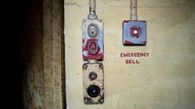 Botón de emergencia fuera de la