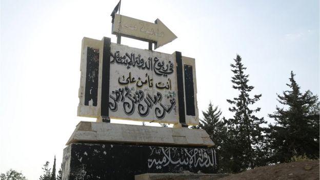Señal dando direcciones para llegar a uno de los bastiones de ISIS en Siria.