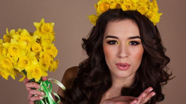 Chica con corona y ramo de narcisos