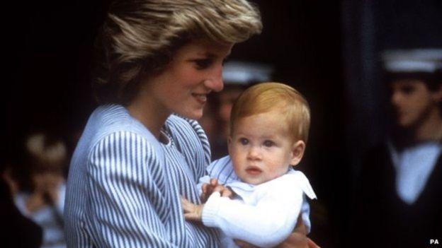 Harry de Gales con su madre, la princesa Diana