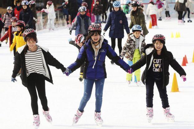 Niñas patinan en Seúl