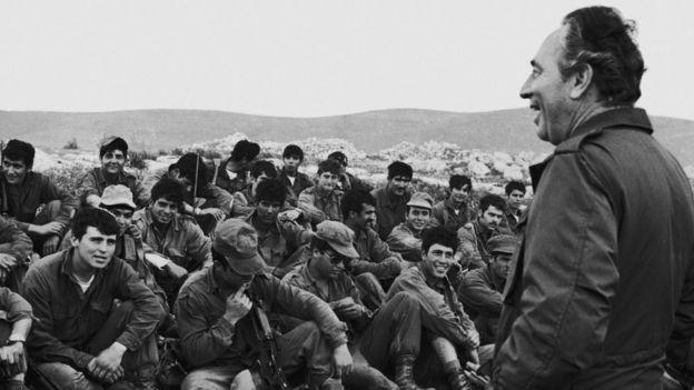 Shimon Peres junto a los militares israelíes que participaron en el audaz rescate de rehenes en Entebbe.