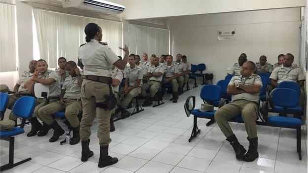 Major Denice em curso para policiais que atuam na Ronda Maria da Penha; formação é vista como um dos diferenciais da iniciativa (Foto: Arquivo Pessoal)