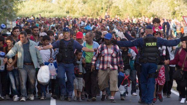 Refugiados y solicitantes de asilo cruzan fronteras dentro de la UE.