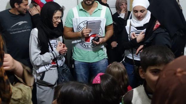 Gente reunida en una clínica improvisada en Madaya