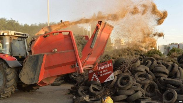 Tyres and slurry dumped at the Lactalis dairy plant in Bouvron (23 July)