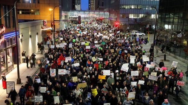 Minneapolis'teki seyahat yasağı karşıtı protesto