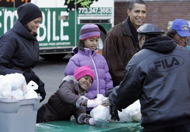 Qoyska Obama oo cunto u qaybinaya dadka hoy la'aanta ah ee magaalada Chicago sanadkii 2008