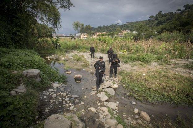 墨西哥女警孔奇塔‧洛佩斯過河