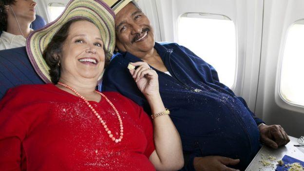 Полная пожилая чета в самолете