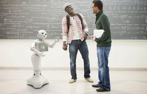 El robot Pepper habla con dos hombres que se ríen