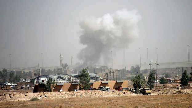 Smoke rises from clashes between Iraqi government forces and IS militants inside Falluja (17 June 2016)
