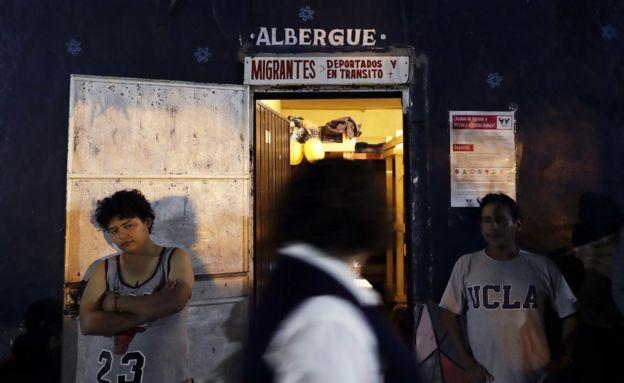 Una mujer guatemalteca, de espaldas a la cámara, frente a un albergue para migrantes en Tijuana, México, el 14 de noviembre de 2016.