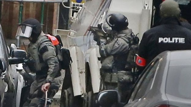 Belgian police take part in a raid in Molenbeek, Brussels. Photo: 18 March 2016