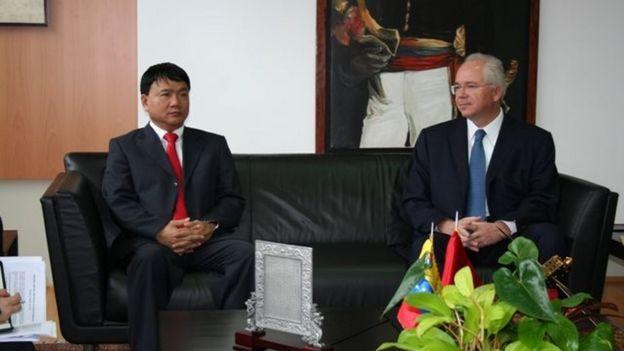 Ông Đinh La Thăng bên trái trong chuyến thăm làm việc tại Venezuela hồi tháng 4/2011
