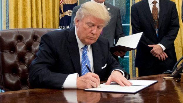 Donald Trump firma la salida de EE.UU. del TPP