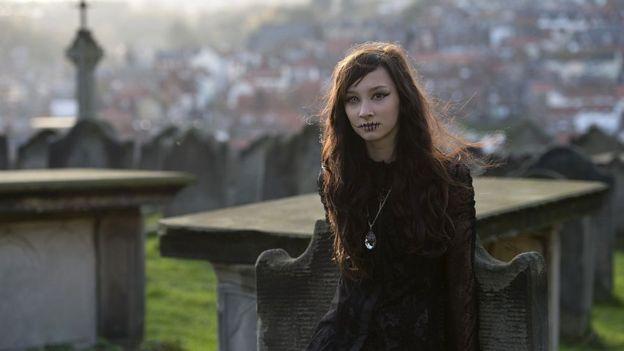 Joven gótica en un cementerio