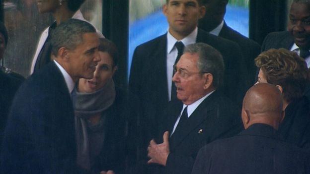 Obama estrecha la mano con Raúl Castro en el funeral de Nelson Mandela.